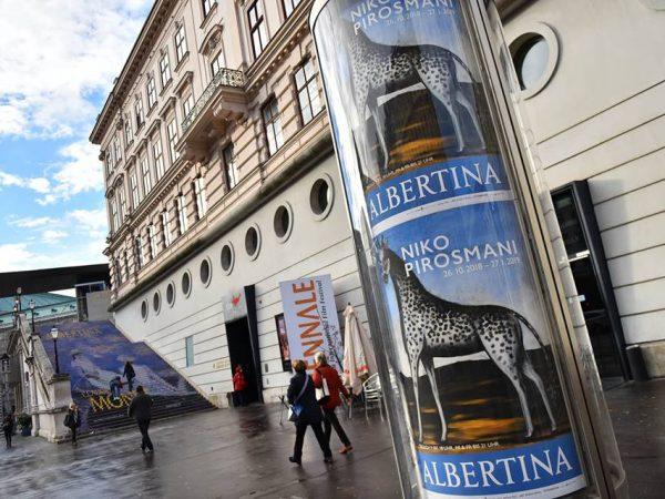 На выставке картин Пиросмани в Вене представили стеклянный стол из синих роз